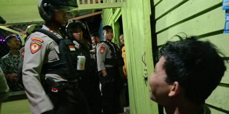 Anggota Ditsabhara Polda Kalteng saat mengintrogasi oknum pria yang bersembunyi dibalik kasur saat hendak ngamar PSK warung remang-remang Jalan Mahir Mahar Minggu (2/2/2020) dini hari.