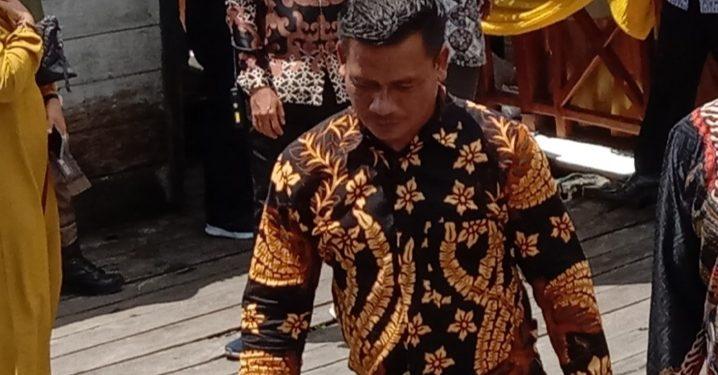 Anggota DPRD Kobar Indra Sani saat meninjau wisata susur sungai saat acara peresmian Sabtu (1/2/2020).
