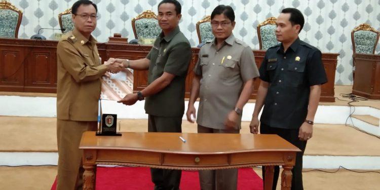 Bupati Katingan Sakariyas saat menyampaikan sembilan ranperda kepada Ketua DPRD Katingan Marwan Susanto Selasa (4/2/2020).