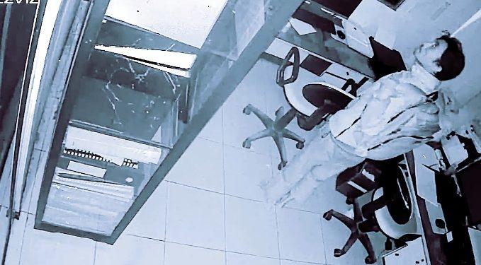 Aksi pelaku saat terekam kamera CCTV kantor.