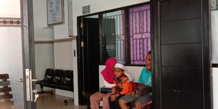 Istri korban dan anaknya saat menangis bersedih ketika membesuk jasad korban di kamar jenazah RSUD Doris Selasa (4/2/2020).