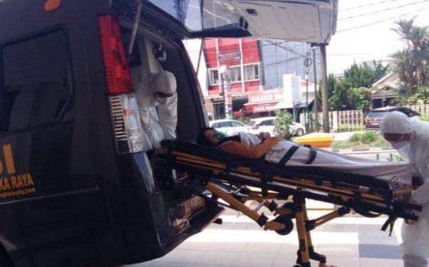 Petugas RS Bhayangkara Polda Kalteng saat menggelar simulasi penanganan virus corona Selasa (4/2/2020).