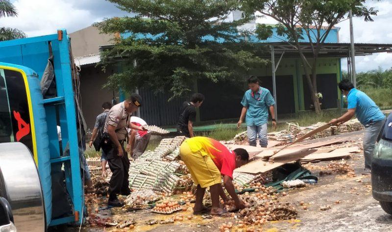 Ribuan butir telur saat berhamburan di tengah jalan seusai kejadian Rabu (5/2/2020).