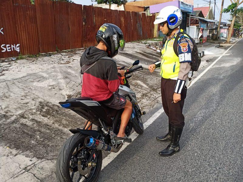 Anggota Satlantas Polres Kobar saat merazia pengendara knalpot bising Kamis (6/2/2020).