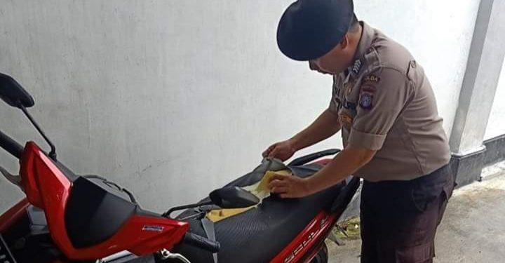 Anggota Polda Kalteng saat memeriksa kerusakan jok sepeda motor yang dilakukan oleh oknum pelaku Kamis (6/2/2020).