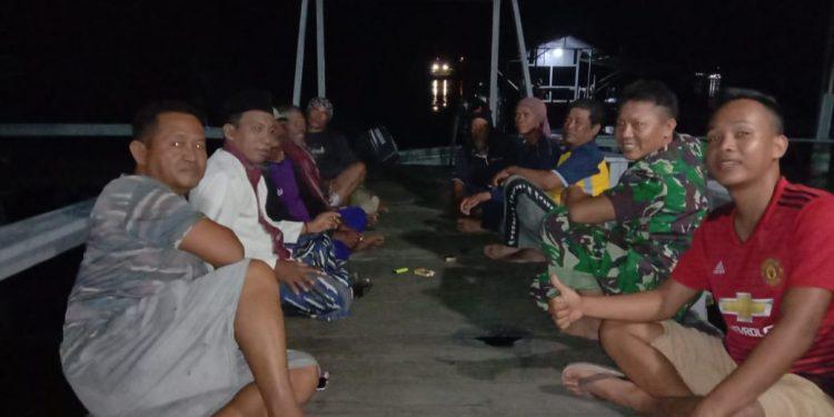 Sepuluh orang nelayan saat berada di Pos AL Kumai Kamis (6/2) malam.