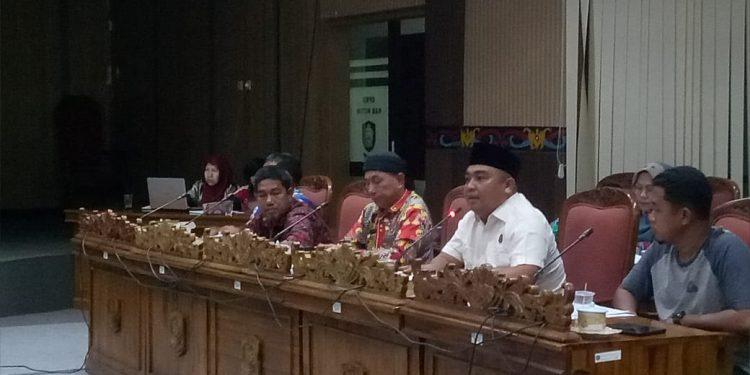 Sunardi (Baju Putih) kasi intel Kejari Kotim saat memberikan sarannya pada RDP di DPRD Kotim Jumat (7/2).
