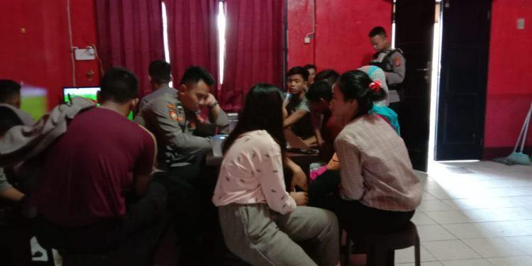 Ketiga remaja saat diamankan di Mapolda Kalteng Sabtu (8/2) dini hari.