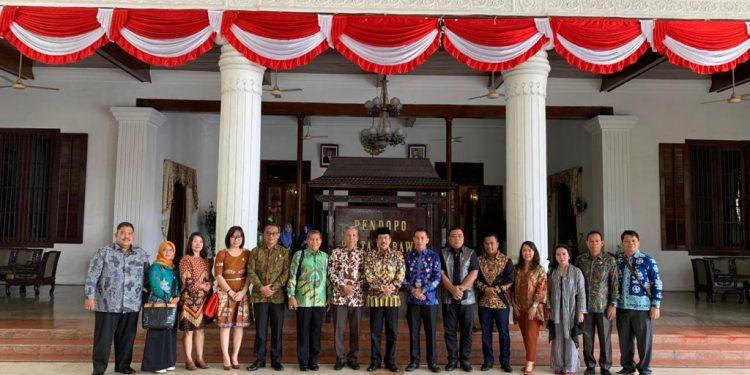 Rombongan Komisi II DPRD Kalteng saat kunker ke Pemkab Sidoarjo Kamis (6/2).