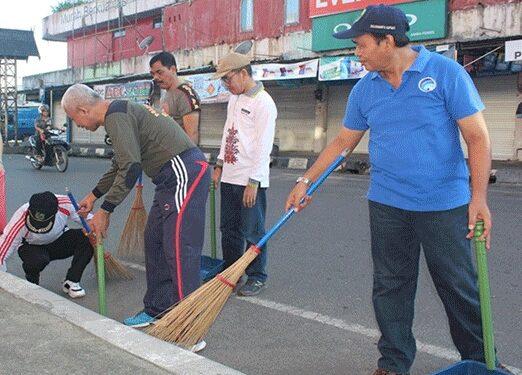 Petugas Satpol PP dan Damkar Kapuas saat melaksankana giat jumat bersih.