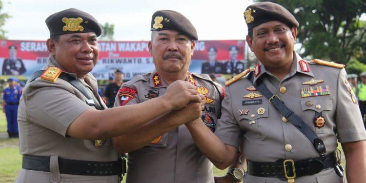 Kapolda Kalteng  Irjen Pol Drs Ilham Salahudin  dan dua pejabat lama dan baru saat salam komando seusai sertijab Senin (10/2/2020).