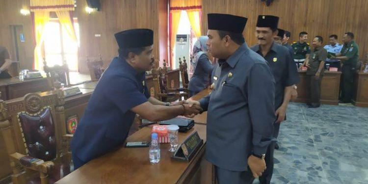 Wabup Kobar Ahmadi Riansyah saat bersalaman dengan anggota dewan seusai paripurna Senin (10/2/2020).