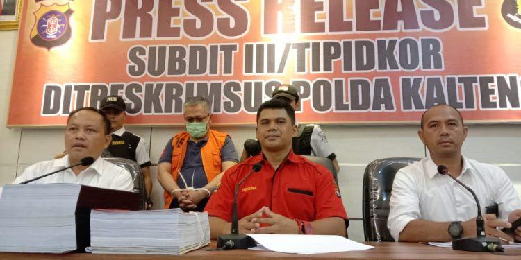 Kabidhumas Polda Kalteng Kombes Pol Hendra Rochmawan didampingi Wadir Reskrimsus AKBP Teguh Widodo saat memberikan keterangan kepada awak media, Selasa (11/2/2020).