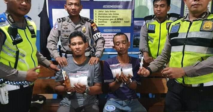 Kedua pelaku saat diamankan di Kantor Satlantas Polresta Palangka Raya bersama barang bukti Selasa (11/2/2020) malam.