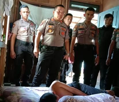 Wadir Ditsabhara Polda Kalteng AKBP Timbul RK Siregar saat membesuk korban yang terbaring lemah seusai di rumahnya seusai dibegal Rabu (12/2/2020).