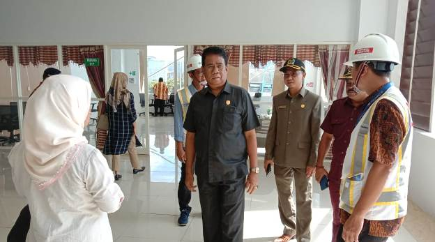 Rombongan Komisi C saat menggelar monitoring di Pelabuhan Panglima Utar Kumai Kamis (13/2/2020).
