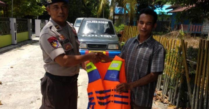 Anggota Satpolair Polres Kobar saat membagikan pelampung kepada nelayan Kumai belum lama ini.