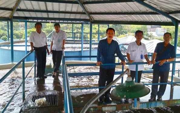 Pihak PDAM saat memperlihatkan kawasan penampungan pengolahan air.