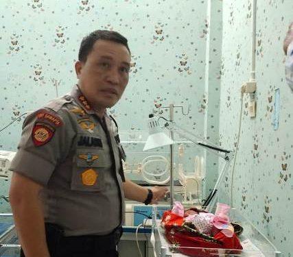 Kapolresta Palangka Raya Kombes Pol Dwi Tunggal Jaladri saat memperlihatkan bayi temuan siswi SMA yang telah dievakuasi ke RS Bhayangkara Kamis (13/2/2020).