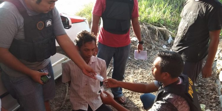Anggota Satresnarkoba saat menggeledah pelaku bersama barbuk sabu seusai disergap.