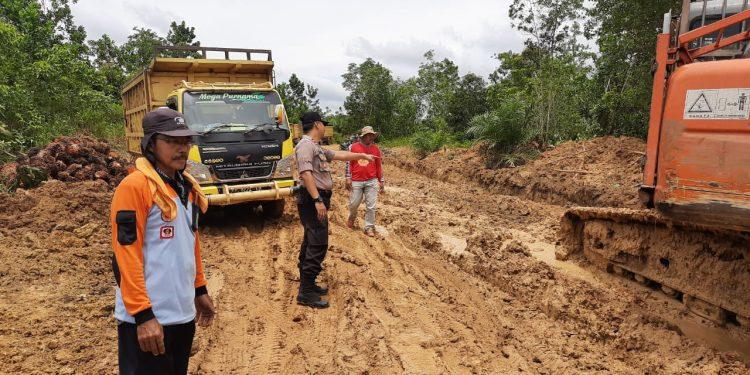 Kapolres Mentaya Hulu Ipda Affandi saat meninjau ruas jalan yang mengalami kerusakan Kamis (13/2).