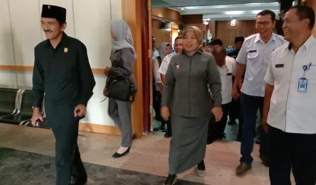 Bupati Kobar Hj Nurhidayah seusai menghadiri rapat paripurna dewan.