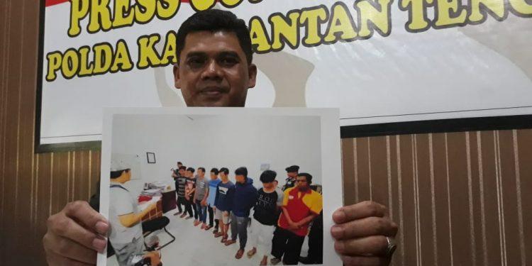 Kabidhumas Polda Kalteng Kombes Pol Hendra Rochmawan saat memperlihatkan poto para tersangka yang diamankan di Mapolres Kotim, Jumat (14/2/2020).