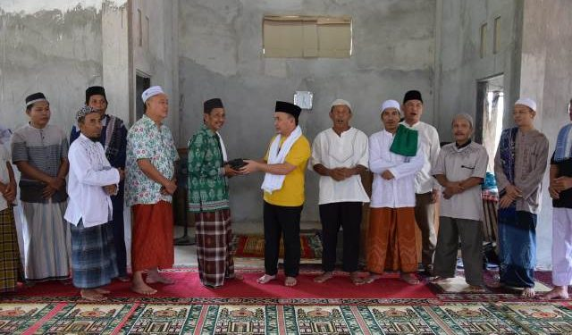 Gubernur Kalteng Sugianto Sabran saat menyerahkan bantuan kepada pengurus masjid Jumat (14/2/2020).