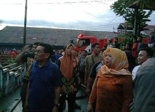 Bupati Kobar Hj Nurhidayah bersama suami H Ruslan saat meninjau lokasi kebakaran tiga unit rumah di Jalan Seroja Jumat (14/2).