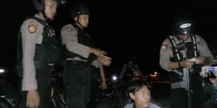 Anggota Tim Rainmas Sabhara Polda Kalteng saat menggerebek arena judi dagur di kawasan Tilung Jumat (14/2) tadi malam.