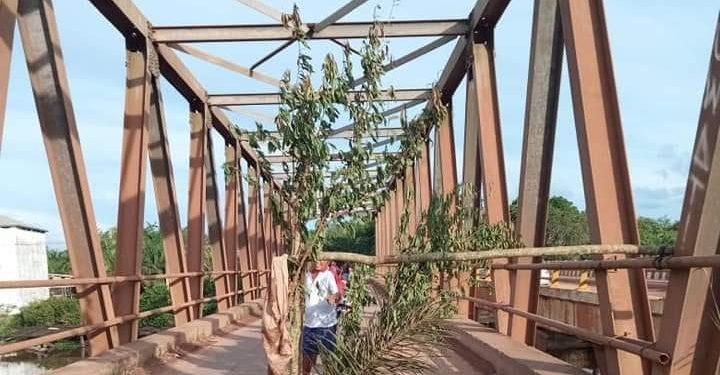Kondisi jembatan saat dipasang kayu oleh warga agar tidak dilewati kendaraan roda empat karena bagian tengah sudah jebol, Minggu (17/2/2020).