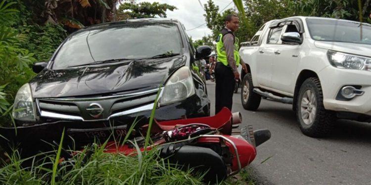 Mobil saat masih menabrak sepeda motor Honda Scoopy di lokasi kejadian Senin (17/2/2020).