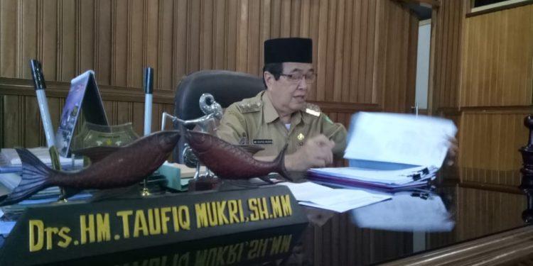 Wabup Kotim Taufik Mukri saat diruang kerjanya Senin (17/2).