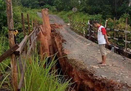 Kondisi jembatan saat ambruk usai diterjang derasnya air sungai akibat guyuran hujan Minggu (16/2) malam.