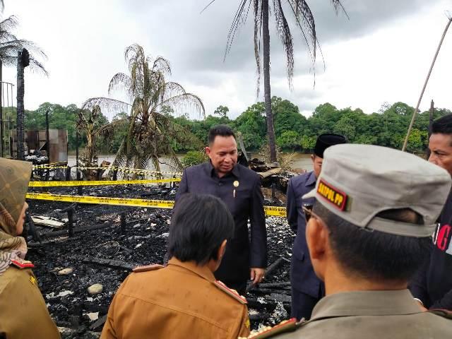 Ketua DPRD Mura Doni SP saat meninjau lokasi kebakaran di Desa Muara Sumpoi Senin (17/2/2020).