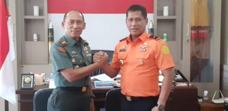 Kepala Basarnas M. Haryadi saat salam komando dengan Danrem Kolonel Syaiful Rizal. Selasa (18/2/2020).