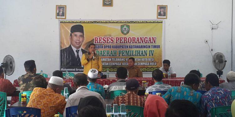 Anggota DPRD Kotim Muhammad Arsyad saat memaparkan sambutannya ketika menggelar reses ke Kecamatan Kota Besi (18/2).