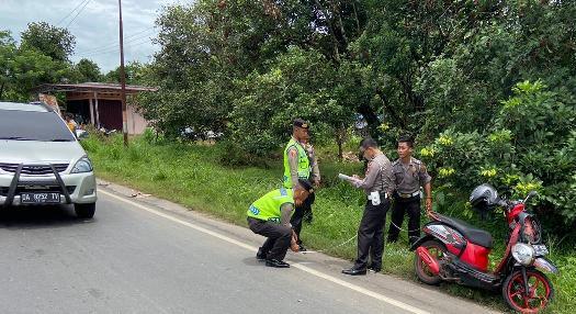 Petugas Satlantas Polres Kapuas saat melakukan olah TKP di lokasi kejadian Selasa (18/2/2020).