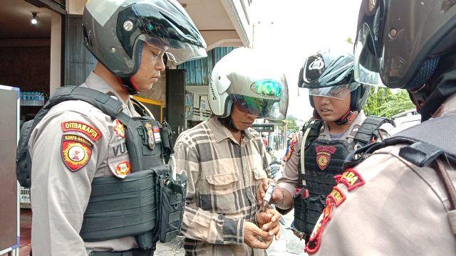 Tim Rainmas Sabhara Polda Kalteng saat mengeledah oknum pelaku dan mengamankan Zenith Selasa (18/2/2020).