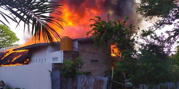 Kobaran api saat melahap bangunan rumah yang dijadikan toko sembako dan salon saat diambil poto dari belakang Rabu (19/2/2020).