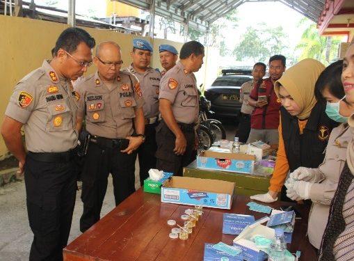 Kapolres Kobar AKBP E. Dharma B Ginting saat mengamati hasil tes urine Rabu (19/2/2020).