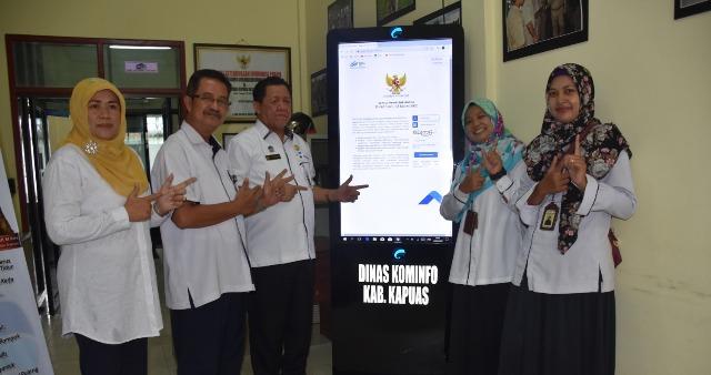 Kepala Diskominfo Kapuas H Junaidi dan Kepala BPS serta stafnya saat poto bersama Rabu (19/2/2020).