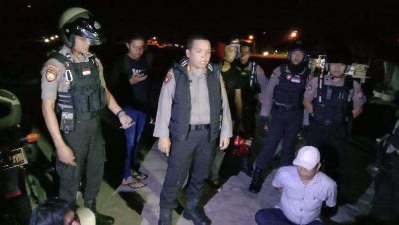Wadir Sabhara AKBP Timbul RK Siregar, saat memimpin langsung penggerebekan sarang perjudian di Tilung, Rabu (19/2/2020) tadi malam.
