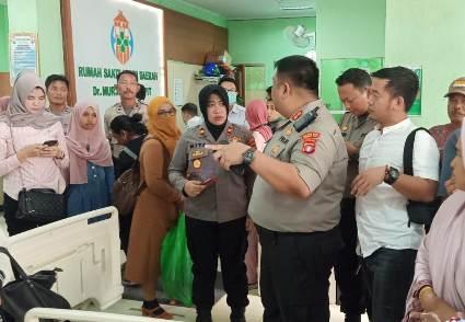 Kapolres Kotim AKBP M Rommel saat mengunjungi korban di RSUD Murjani Sampit Kamis (20/2/2020).
