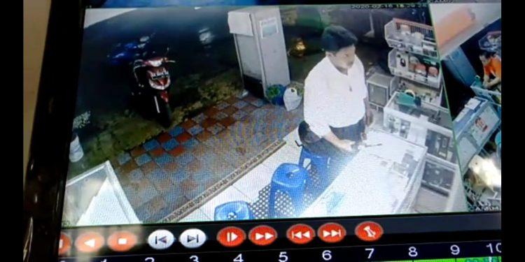 Pelaku saat terekam CCTV Toko Ponsel saat beraksi.