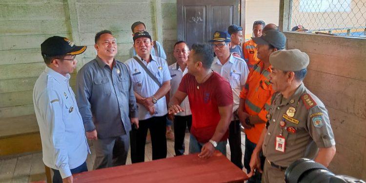 Ketua DPRD Doni bersama Bupati Mura Drs Perdie M Yoseph MA dan sejumlah Kepala SOPD saat meninjau bangunan sekolah SDN Dirung yang akan segera direlokasi, Kamis (20/2/2020).