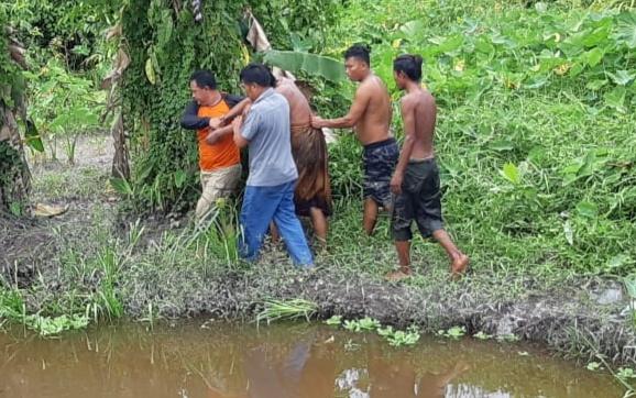 Korban saat dievakuasi petugas BPBD Kobar bersama warga Jumat (21/2/2020).