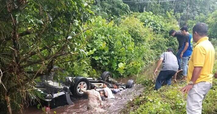 Warga saat berusaha menyelamatkan korban seusai kejadian laka dua mobil pikap Jumat (21/2/2020).