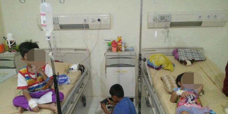 Dua anak asal Cempaka Mulia saat dirawat di RSUD Murjani Sampit karena menderita penyakit DBD, Minggu (23/2).