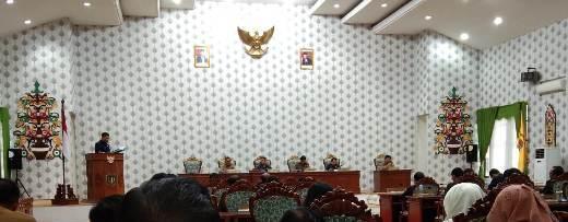 Salah seorang anggota dewan saat menyampaika pandangan umm fraksinya saat digelar paripurna dengan agenda pemandangan umum fraksi-fraksi DPRD Katingan atas 9 raperda Senin (24/2/2020).